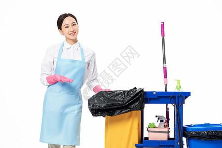 家政服务女性运送垃圾图片