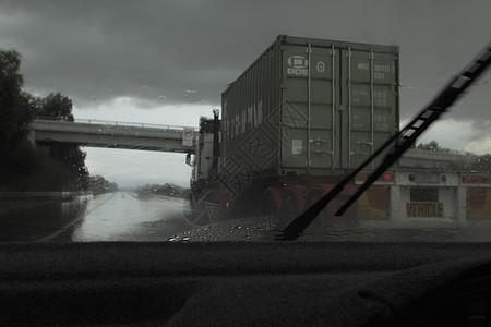 雨天车窗外的运输卡车图片