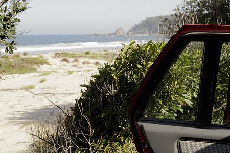 车门外的沙滩图片