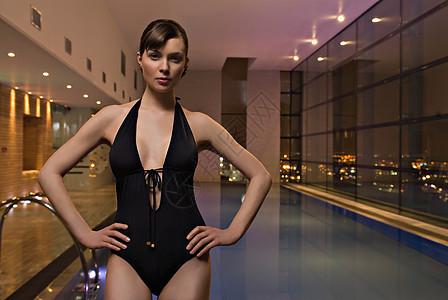 游泳池边的女人图片