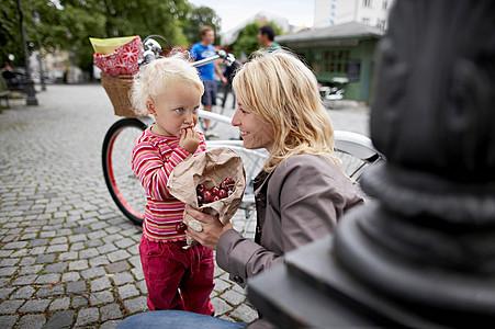 小女孩和妈妈吃樱桃图片
