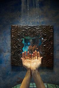 淋浴水下的手图片