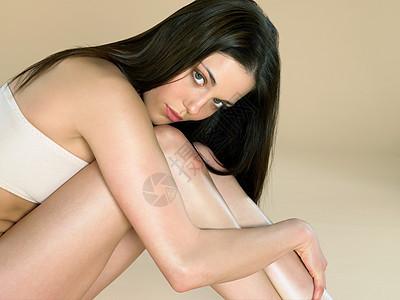 半裸的年轻女子图片