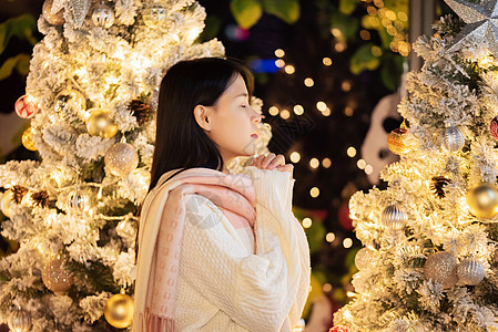 圣诞节少女许下心愿图片