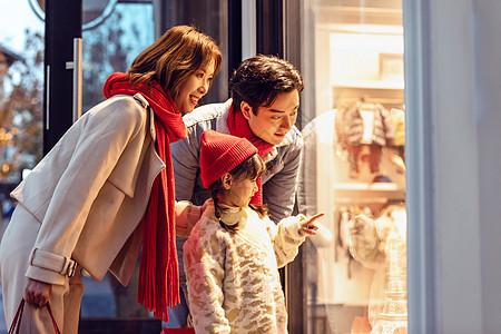 一家人购物看橱窗图片