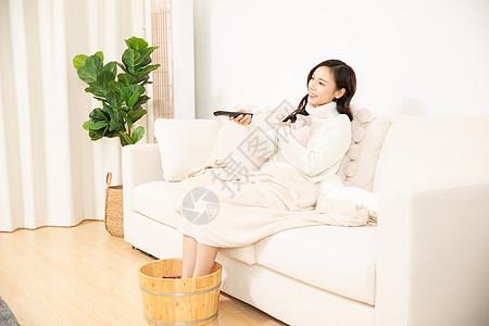居家女性养生泡脚看电视图片