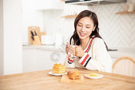 冬季居家女性喝下午茶吃蛋糕面包图片