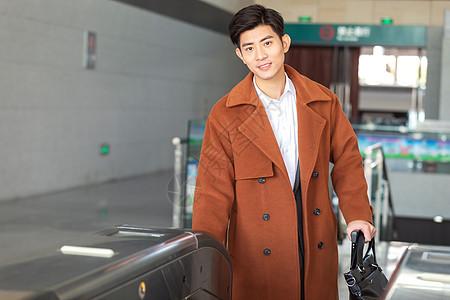 青年男性出车站闸机口图片