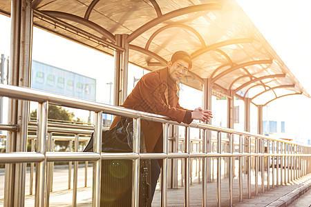 青年男性车站等待公交站图片