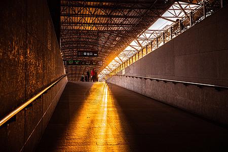夕阳下的高铁候车通道图片