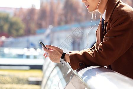 青年男性高铁站候车听音乐特写图片