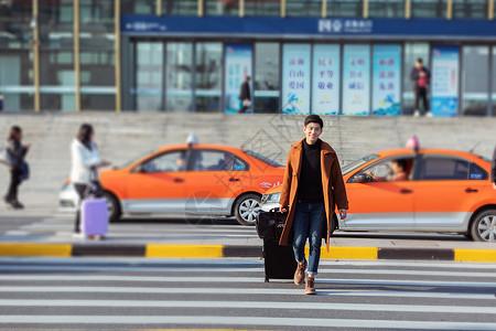 青年男性高铁站外打车图片