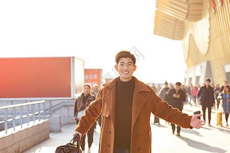 青年男性春节回家出火车站图片