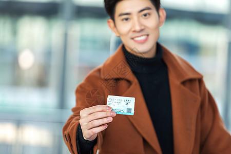 青年男性手持车票图片