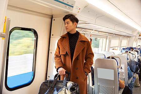 青年男性乘坐高铁返乡图片