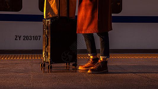 商务男性赶高铁特写图片