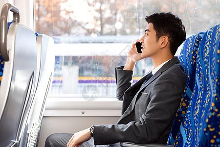 商务男性高铁通话图片