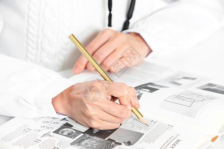 商务女性办公写字手部特写图片