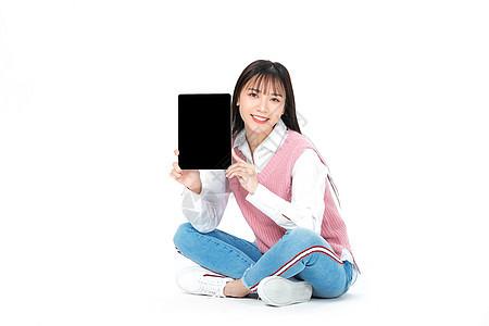 成人教育美女大学生坐地上拿平板图片