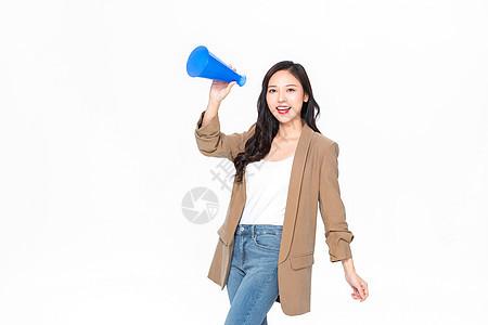 旅游美女导游拿喇叭喊话图片