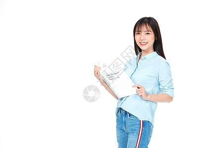 成人教育美女大学生拿书学习图片