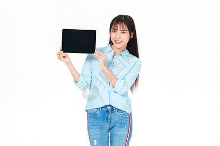 成人教育美女大学生拿平板电脑图片