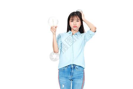成人教育美女大学生拿灯泡思考问题图片