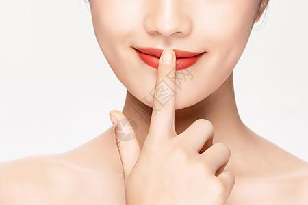 女性用手指遮住嘴特写图片