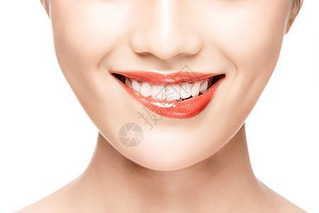 女性开口笑咬嘴唇特写图片