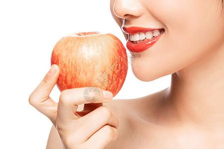 时尚美妆美女吃苹果局部特写图片