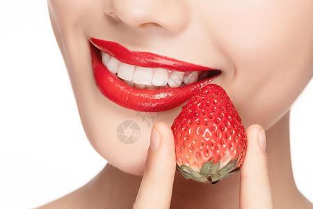 美女吃草莓嘴巴局部特写图片