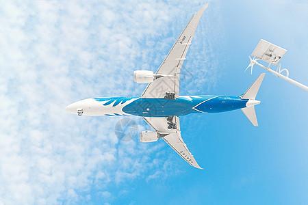 天空中的飞机掠过图片