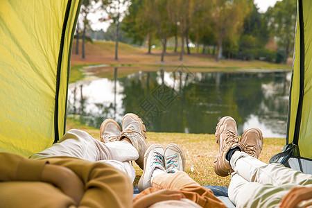 一家三口躺在帐篷里欣赏风景图片