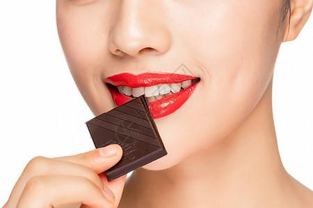 女性吃巧克力嘴部特写图片