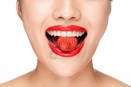 女性吃草莓嘴巴局部特写图片