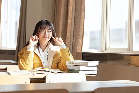 坐在教室学习的女大学生图片