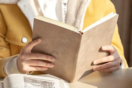坐在教室学习的女大学生特写图片