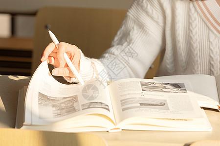 在教室学习的女大学生特写图片