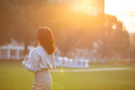 夕阳下的女大学生图片