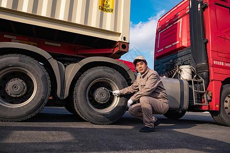 货车司机检修车辆图片