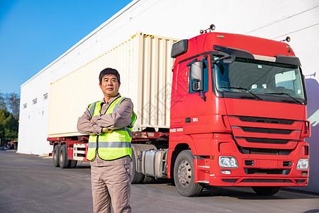 货车司机抱胸动作形象图片