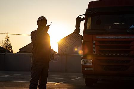 货车司机使用对讲机通话图片