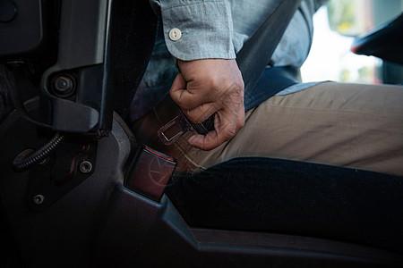 货车司机系安全带图片