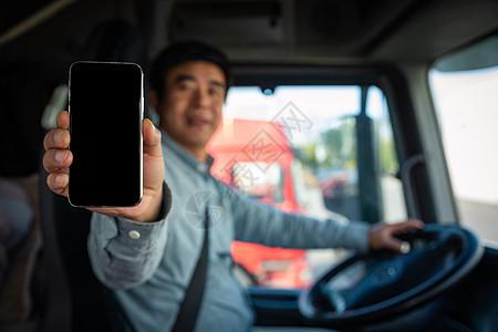 货车司机拿手机展示图片