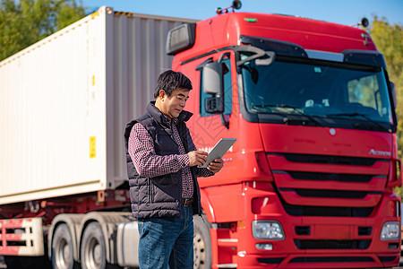 货车司机拿平板电脑操作图片