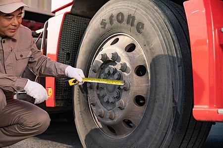 汽车维修工用尺测量图片