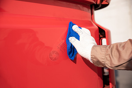 货车司机擦洗车辆图片