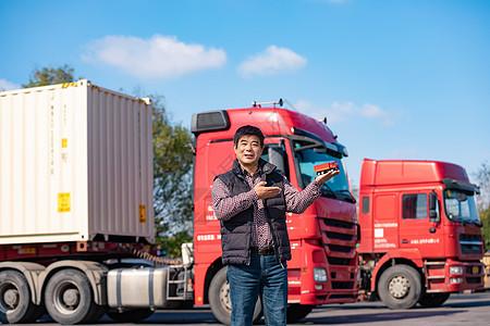 货车司机展示货车模型图片