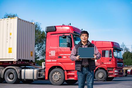 货车司机手拿笔记本电脑展示图片
