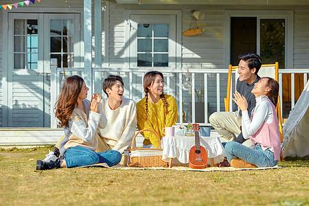 青年人户外聚会图片